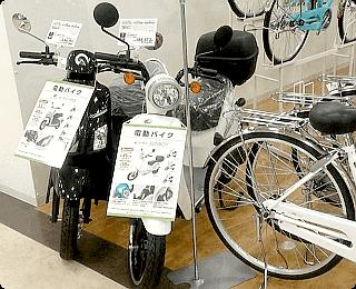 ショッピングモールの自転車売場に陳列される第1種原動機付自転車