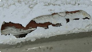穴の開いた雨水路のカバー
